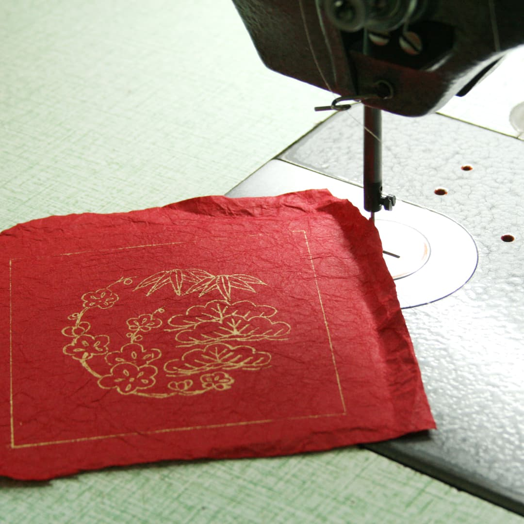 和紙繍の刺繍作業風景